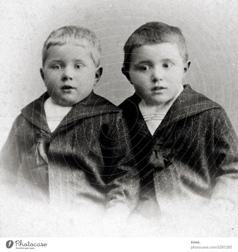 Brüder maskulin Junge Geschwister Bruder Anzug Jacke kurzhaarig beobachten Blick warten Leidenschaft Wachsamkeit geduldig Ausdauer Neugier Interesse