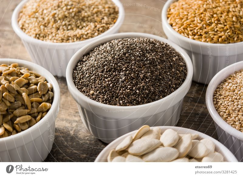 Sortiment von verschiedenen Samen in Schale auf Holztisch Lebensmittel Gesunde Ernährung Foodfotografie Saatgut Zutaten Getreide außergewöhnlich Kürbis Leinen