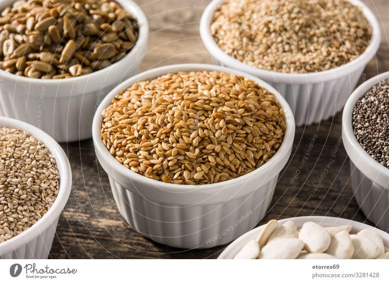 Sortiment von verschiedenen Samen in Schale auf Holztisch. Lebensmittel Gesunde Ernährung Foodfotografie Saatgut Zutaten Getreide außergewöhnlich Kürbis Leinen