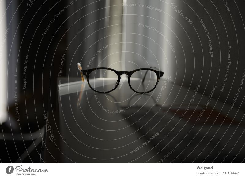 Brille Lifestyle Büroarbeit Arbeitsplatz Blick Vorsicht Gelassenheit geduldig ruhig Neugier Klarheit Farbfoto Innenaufnahme Menschenleer Textfreiraum links