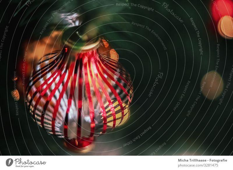 Weihnachtskugeln am beleuchteten Baum Wohnung Dekoration & Verzierung Feste & Feiern Weihnachten & Advent Kugel glänzend hängen leuchten nah gelb grün orange