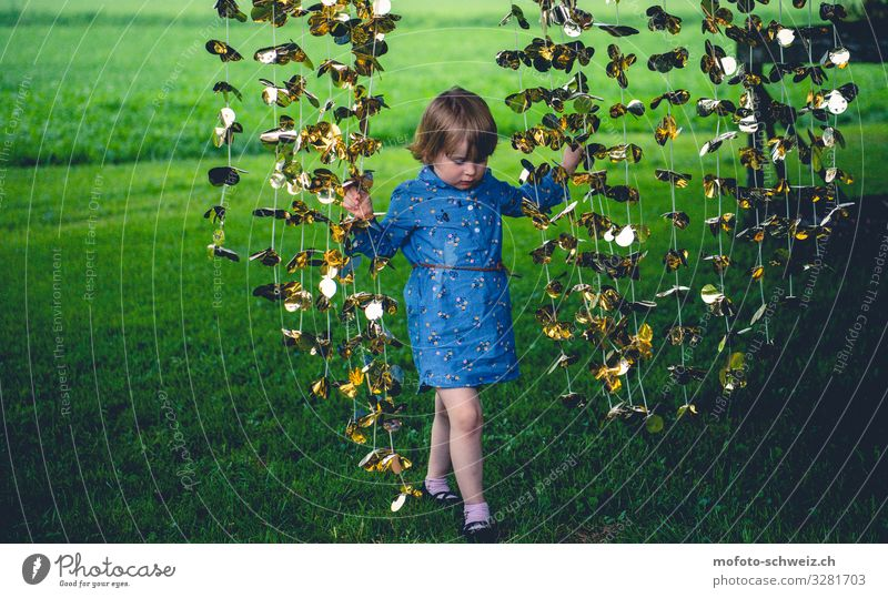 Mädchen undgoldene Girlande auf grüner Wiese 1 Mensch 3-8 Jahre Kind Kindheit Natur Sommer Kleid Spielen Glück natürlich blau Freude Farbfoto Außenaufnahme Tag