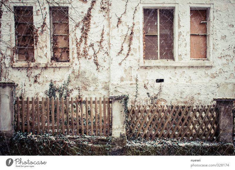 Geisterhaus Winter Schnee Schneefall Häusliches Leben Haus Renovieren Fassade Gartenzaun Handwerk Baustelle schlechtes Wetter Dorf Einfamilienhaus Ruine
