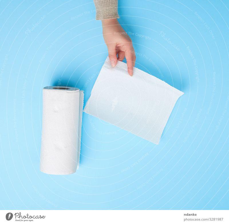 weiße Papierserviette für Gesicht und Körper Haut Mensch Frau Erwachsene Arme Hand Finger Sauberkeit weich zeigen Hintergrund blanko Pflege Kaukasier