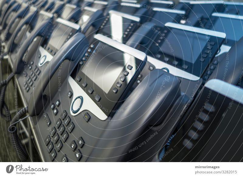 Viele IP-Eithernet-Telefone in Reihen für Mitarbeiter bereit Arbeit & Erwerbstätigkeit Büro Telekommunikation Business Computer Bildschirm Technik & Technologie