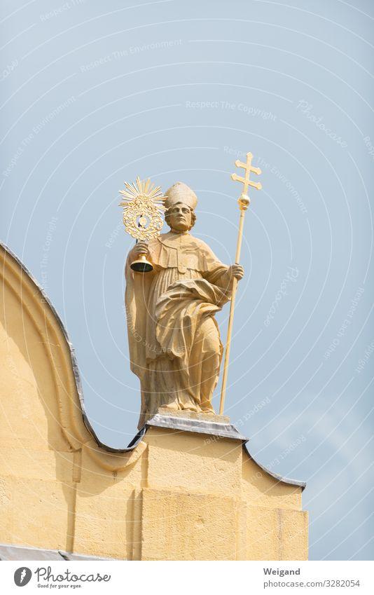 Heiliger Mann Erwachsene 1 Mensch 45-60 Jahre 60 und älter Senior Kirche stehen Freundschaft Patron Statue Kreuz monstranz Geistlicher Farbfoto Außenaufnahme