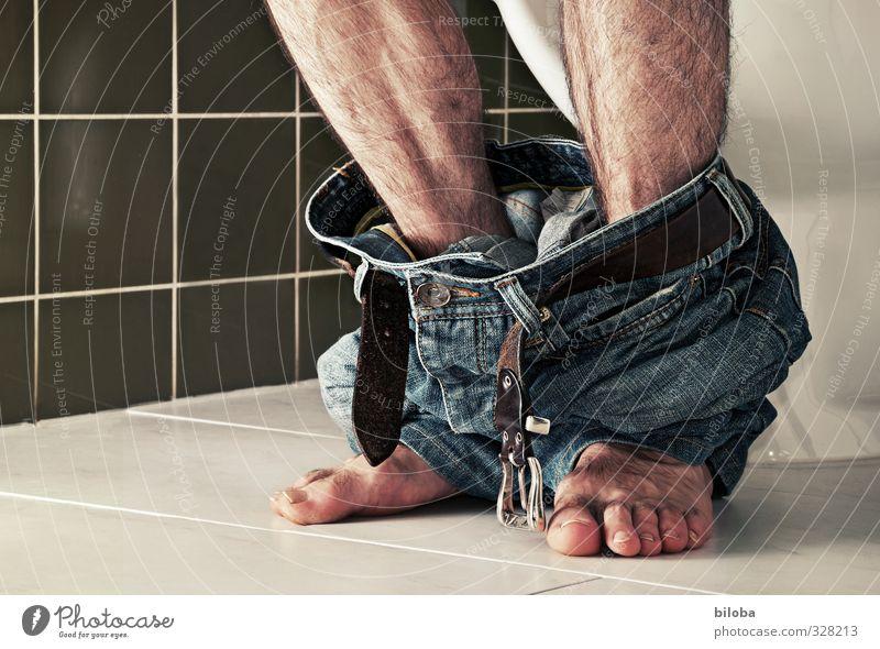 Sitzung Mensch Mann blau grün weiß Erwachsene Gesunde Ernährung Beine Fuß sitzen Hose Toilette Miettoilette Verdauungsystem