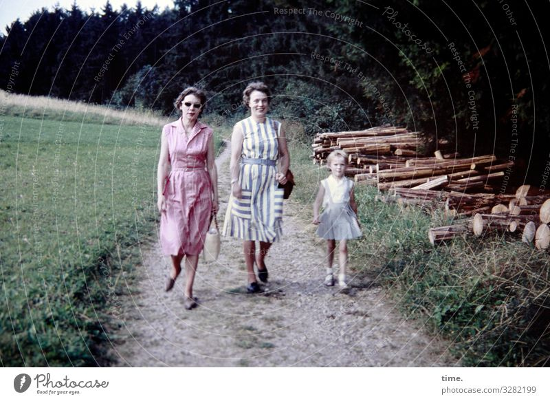 Heimatkunde (2) Frau Mensch Natur Landschaft Wald Mädchen Erwachsene Leben Umwelt Wege & Pfade feminin Wiese Bewegung Zusammensein gehen wandern