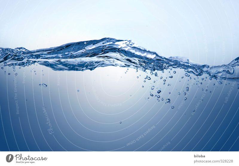 Abkühlung Wasser Wassertropfen Wellen ästhetisch kalt blau Quelle Gesundheit Sauberkeit Trinkwasser Farbfoto Innenaufnahme Experiment Textfreiraum unten