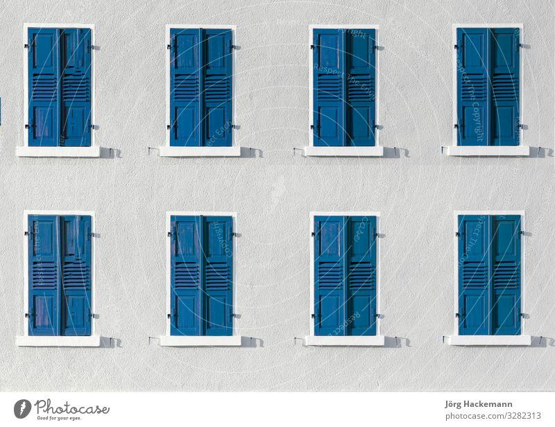 Holzverschluss in intensiver Farbe gibt einen harmonischen Hintergrund Architektur Fassade blau weiß zugeklappt Deutschland Ikon Wiederholung Reihe Fensterladen