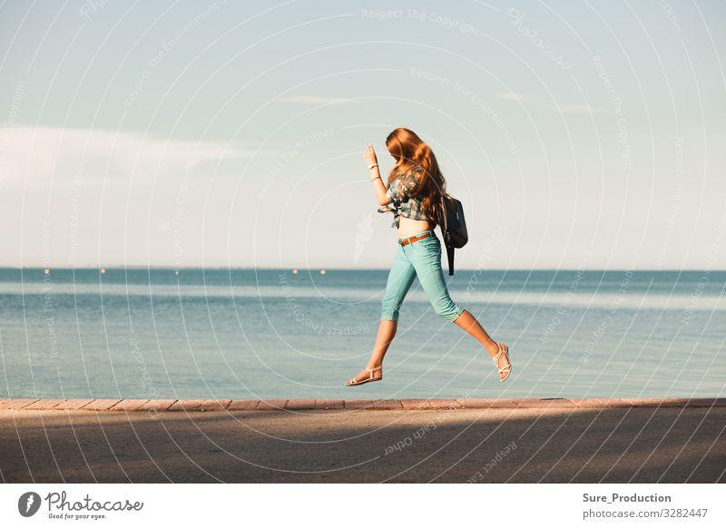 junge Frau springt vor das Meer Aktion Himmel schön Sommer Freiheit im Freien reisen Gesundheit Schönheit weiß aktiv heiter Energie Fröhlichkeit Glück Freude