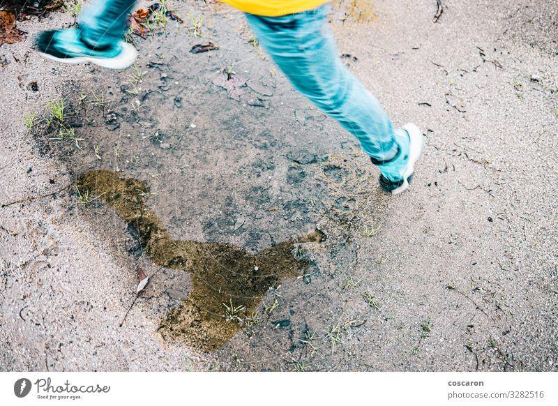 Reflexion der Kinderbeine beim Sprung in eine Pfütze Lifestyle Freude Glück Spielen Ferien & Urlaub & Reisen Sommer Winter Garten Sport Kleinkind Kindheit Beine