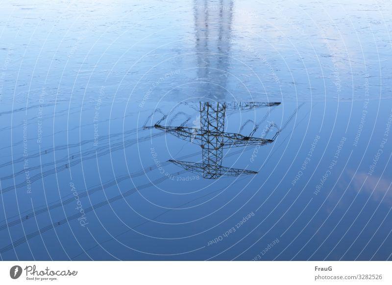 auf den Kopf gestellt| Spiegelung eines Strommasten Wasser Eis Winter Mast Hochspannung Hochspannungsmast Hochspannungsleitung Leitung Überlandleitung