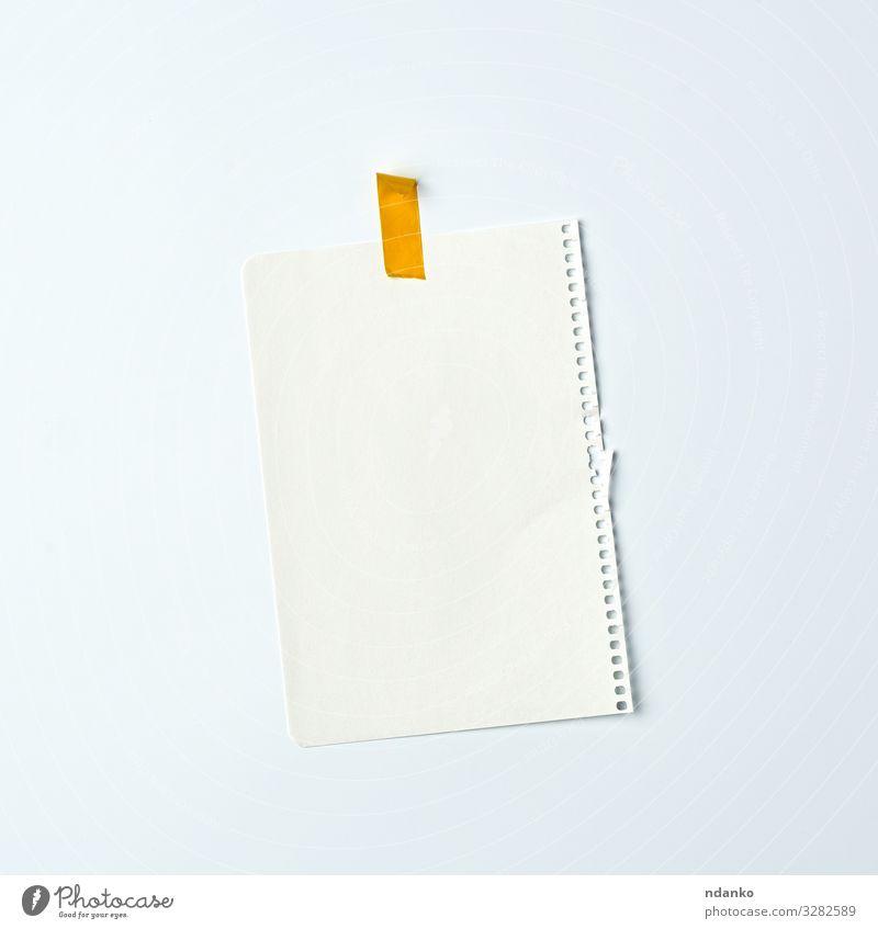 weißes, zerknittertes Blatt Papier Design schreiben gelb Werbung Notebook Hinweis Bildung Spirale Klebstoff Hintergrund blanko Karton Mitteilung Entwurf Kopie