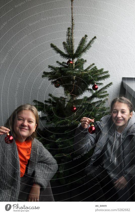 ;-) Mensch Jugendliche Weihnachten & Advent Junge Frau grün rot Freude Mädchen grau Häusliches Leben Dekoration & Verzierung 13-18 Jahre glänzend Kindheit