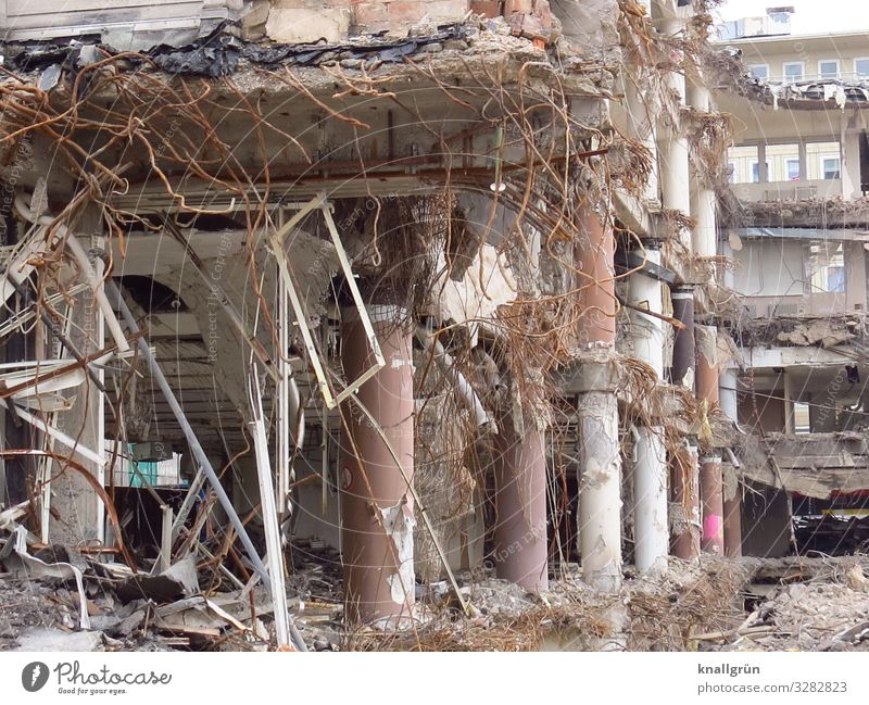 Vergänglichkeit Stadt Stadtzentrum Ruine Gebäude Kaufhaus Kaufhof Mauer Wand Fenster alt dreckig kaputt braun grau Ende Verfall Wandel & Veränderung Zerstörung