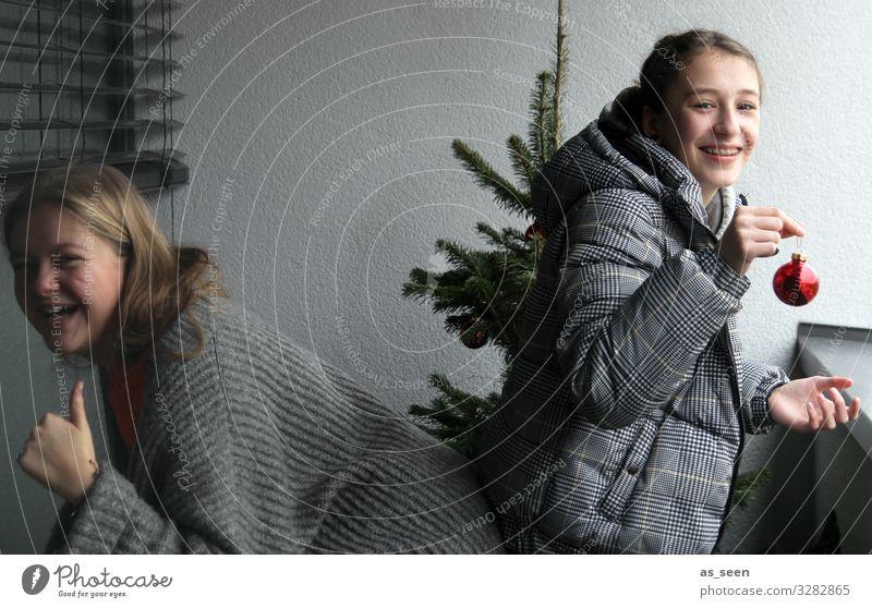 Christmas Fun Mädchen Weihnachtsbaum Fichte Tanne Christbaumkugel grün rot grau konzentriert Weihnachten & Advent Farbfoto Dekoration & Verzierung