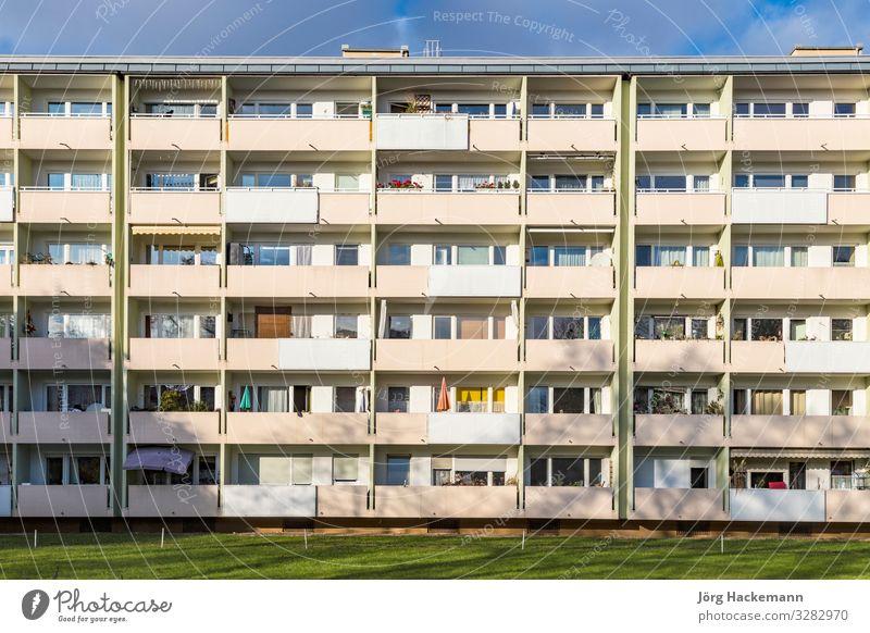 Fassade mit Balkonen eines sozialen Wohnkomplexes in München Wohnung Gebäude Architektur Einsamkeit Bayern Sozialwohnung Deutschland lebend Sozialwohnungen