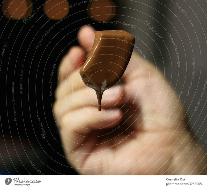 Schokolade ist die Lösung Lebensmittel Frucht Süßwaren Essen Kaffeetrinken Gabel Gesunde Ernährung Hand genießen lecker braun Farbfoto Innenaufnahme Nahaufnahme