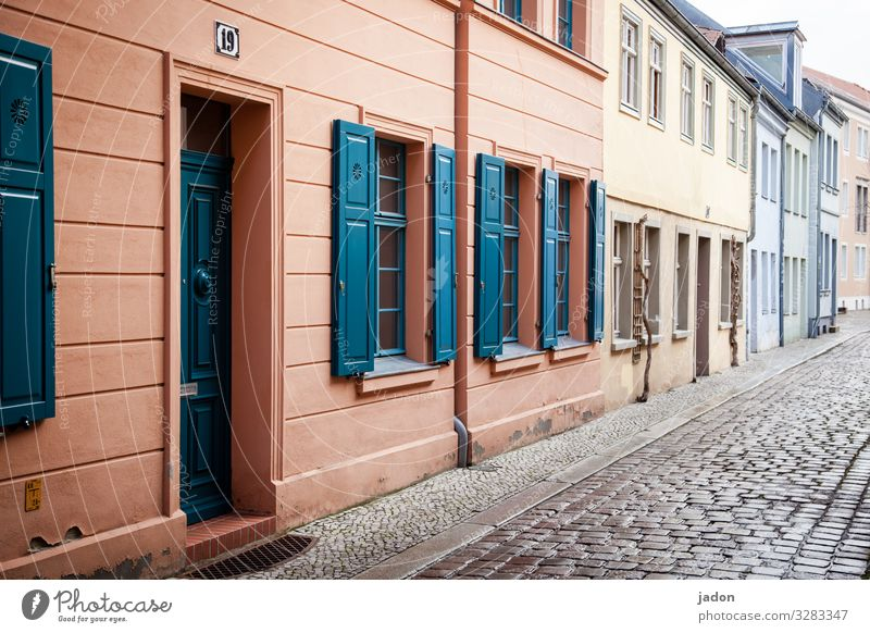 empty streets (11). Reichtum Wohnung Brandenburg an der Havel Stadt Altstadt Menschenleer Haus Bauwerk Gebäude Mauer Wand Fassade Fenster Tür Straße