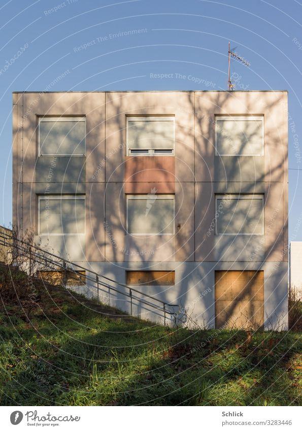 Sweet Home Menschenleer Haus Bauwerk Gebäude Architektur Plattenbau Fassade Rollladen Armut blau braun grau rosa Krise Wandel & Veränderung Sozialabbau trist