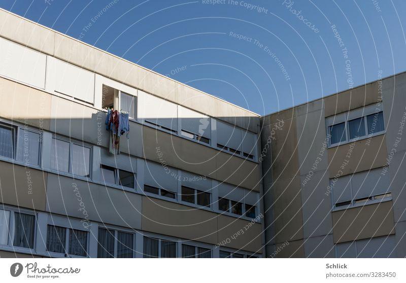 Öko Wäschetrockner Erneuerbare Energie Sonnenenergie Energiekrise Menschenleer Hochhaus Fenster Fassade blau grau weiß Umwelt Umweltschutz Stadt trocknen