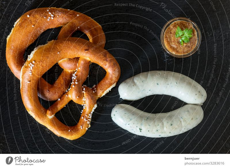 bayerische Weißwürste Wurstwaren Mittagessen Bier Oktoberfest frisch heiß weiß Weißwurst Aufsicht schiefer Portion zwei rustikal Senf Brezel Kalbswurst