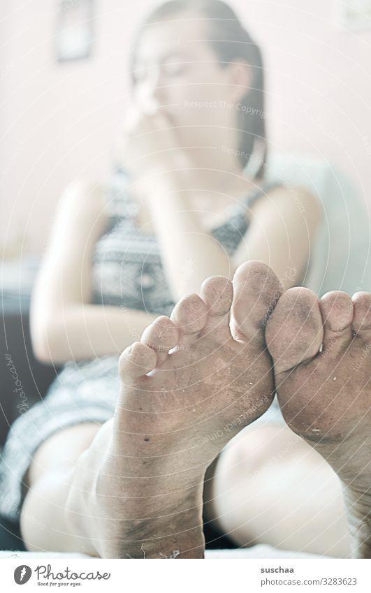 dreggische fies Mädchen Jugendliche Kleid sitzen füße Zehen Schuhsohle Barfuß dreckig gesund Freiheit laufen draußen laufen Körperpflege Sauberkeit Reinigen