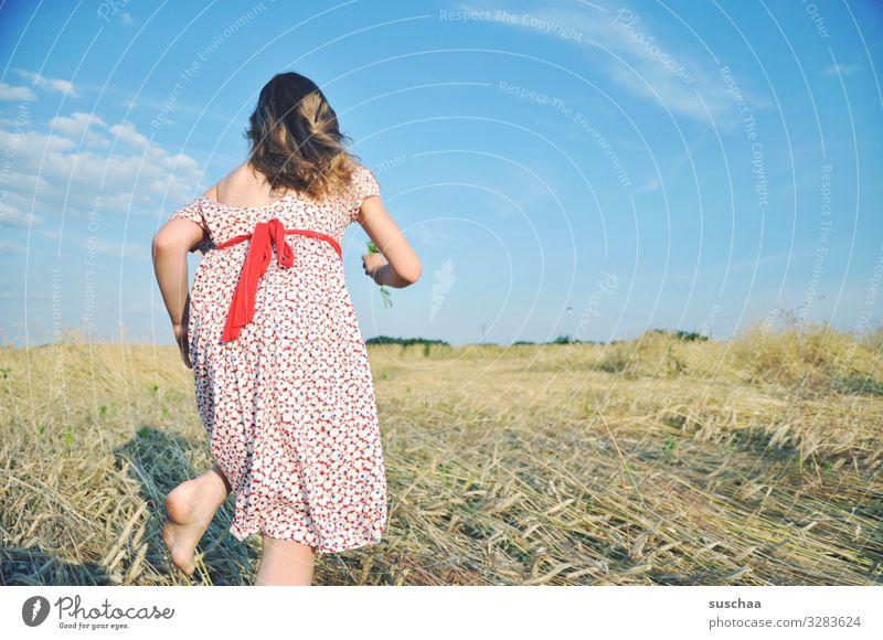run baby run .. Kind Mädchen feminin Freiheit Spielen Freude Gute Laune sommerlich Sommer Kleid Haare & Frisuren Himmel Stroh Feld Kindheit Fröhlichkeit