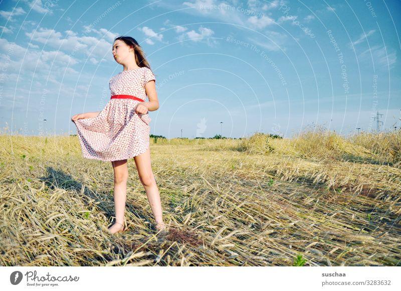 sterntaler Kind Mädchen feminin Freiheit Spielen Freude Gute Laune sommerlich Sommer Kleid Himmel Stroh Feld Kindheit Fröhlichkeit Unbeschwertheit retro
