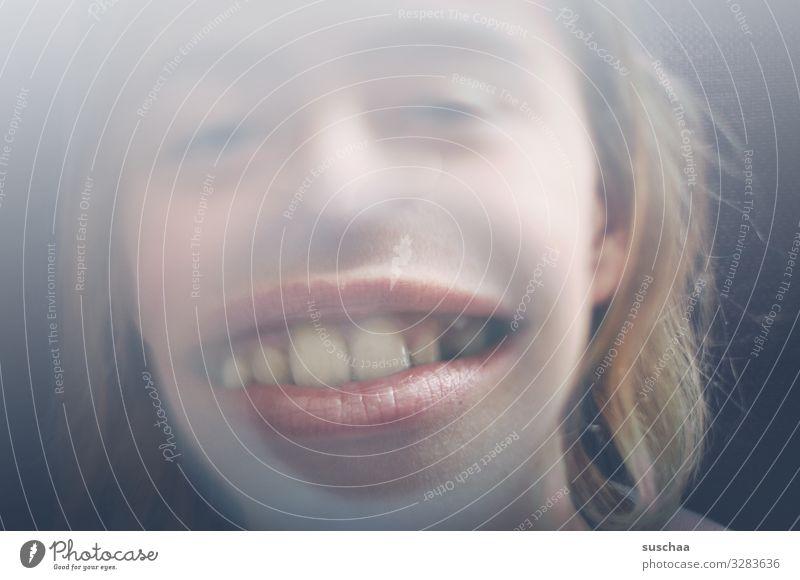 breitmaulgrinse Gesicht Verzerrung Unsinn unsinnig Freude Kind Linse Lupe vergrößert Mund groß Maul Zähne Großmaul Zahnarzt Kieferorthopäde Gebiss