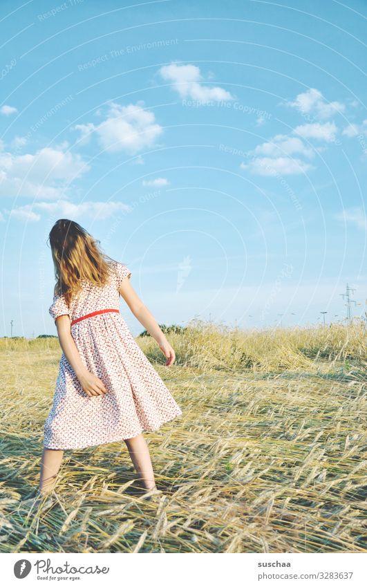 sommertag (2) Kind Mädchen feminin Freiheit Spielen Freude Gute Laune sommerlich Sommer Kleid Haare & Frisuren Himmel Stroh Feld Kindheit Fröhlichkeit