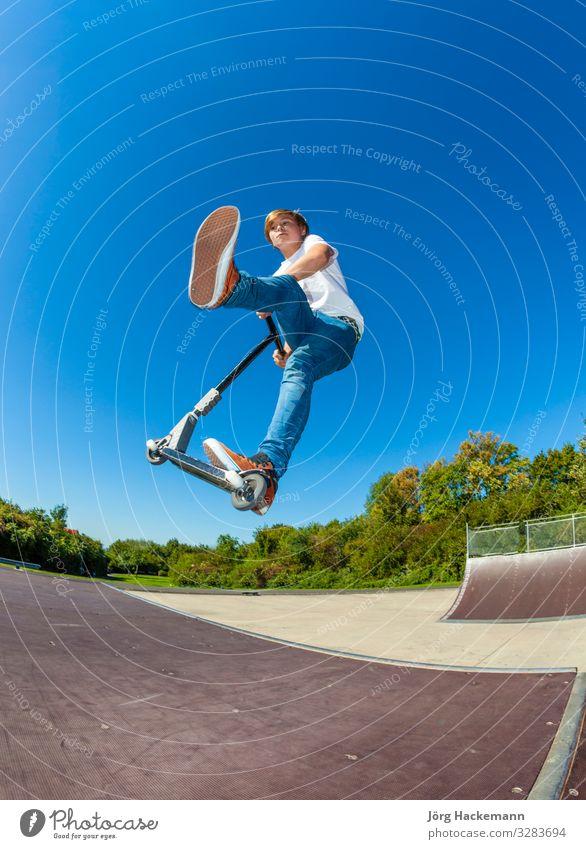 Roller fahrender Junge Lifestyle Freude Glück Freizeit & Hobby Spielen Sport Kind Mensch Fuß Himmel Wolken Park Straße Schuhe Bewegung Fitness springen