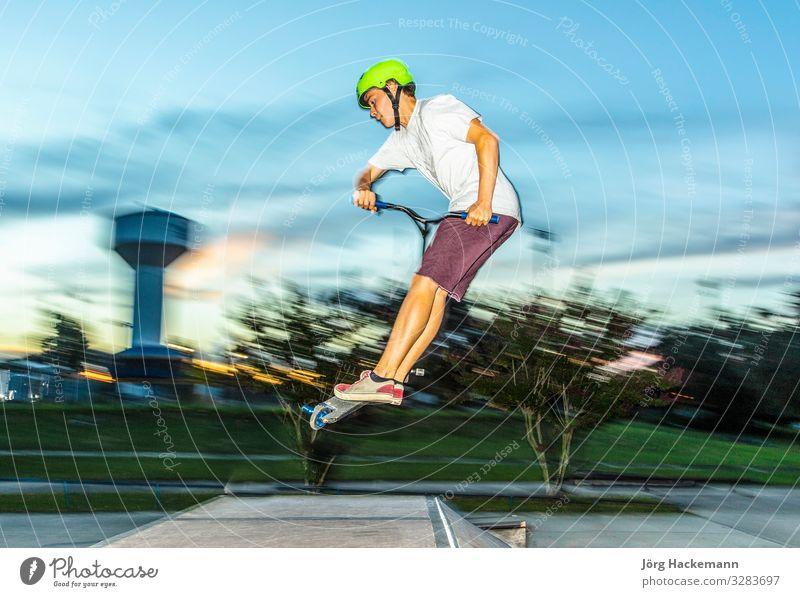 Junge hat Spaß beim Rollerfahren im Skatepark Lifestyle Freude Freizeit & Hobby Sport Jugendliche Bewegung genießen springen Coolness Beweglichkeit Tretroller
