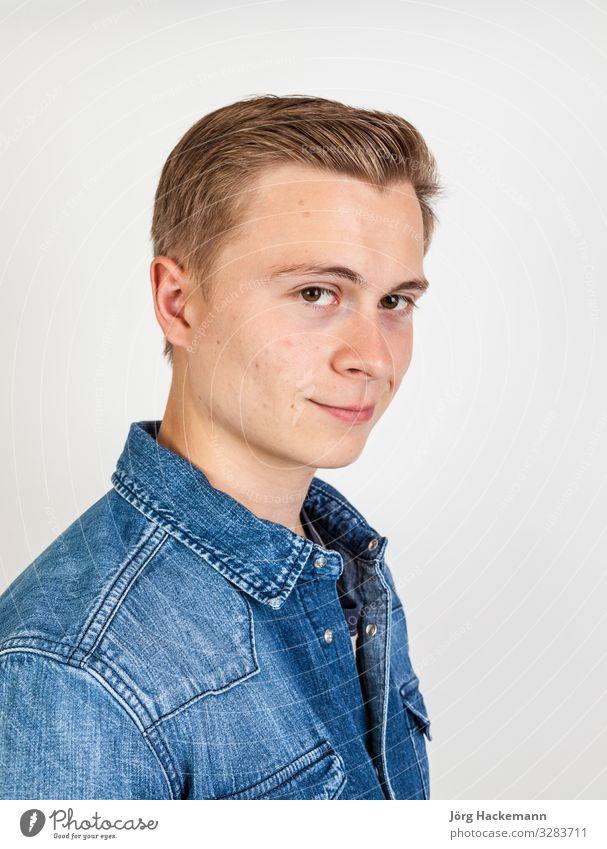 süßer lächelnder Junge, der im Studio posiert Freude Glück schön Gesicht Mensch Mann Erwachsene Jugendliche Hemd Jeanshose Lächeln Freundlichkeit niedlich weiß