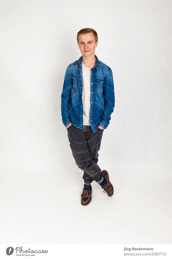 stehender Teenager in voller Länge isoliert auf weißem Grund Lifestyle Stil Glück schön Freizeit & Hobby Mensch Junge Mann Erwachsene Jugendliche Mode Jeanshose