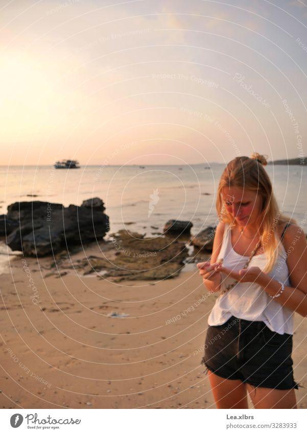 Strandläuferin Mensch feminin Frau Erwachsene Leben 1 18-30 Jahre Jugendliche Sand Wasser Himmel Horizont Sonne Sonnenaufgang Sonnenuntergang Wellen Küste Bucht
