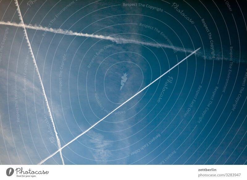 Luftlinie Kondensstreifen Kohlendioxid Dreieck Luftverkehr Flugzeug Froschperspektive Himmel Himmel (Jenseits) Klima Klimawandel Ferien & Urlaub & Reisen
