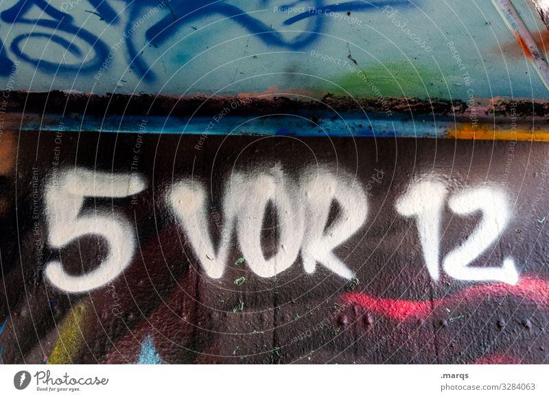 5 vor 12 Ziffern & Zahlen Zeit Uhrzeit Termin & Datum Druck zeitdruck Stress deadline Ende Graffiti Schriftzeichen Lockdown coronavirus knapp highnoon