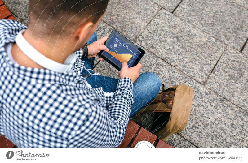 Nicht erkennbarer junger Mann mit Tablette Geld Arbeit & Erwerbstätigkeit Wirtschaft Kapitalwirtschaft Geldinstitut Business Bildschirm Technik & Technologie