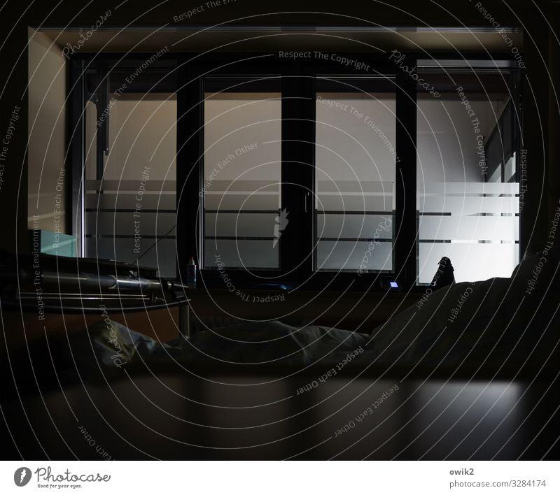 ITS Gebäude Krankenhaus Krankenzimmer Intensivstation Fenster leuchten bedrohlich dunkel eckig einfach modern geduldig ruhig Gesundheitswesen Kontrolle