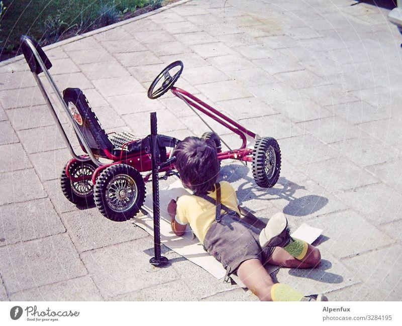 Weitsichtig | rechtzeitiger Ölwechsel Handwerker Arbeitsplatz maskulin Junge 1 Mensch 3-8 Jahre Kind Kindheit Verkehr Verkehrsmittel Kettcar Erfahrung Erfolg