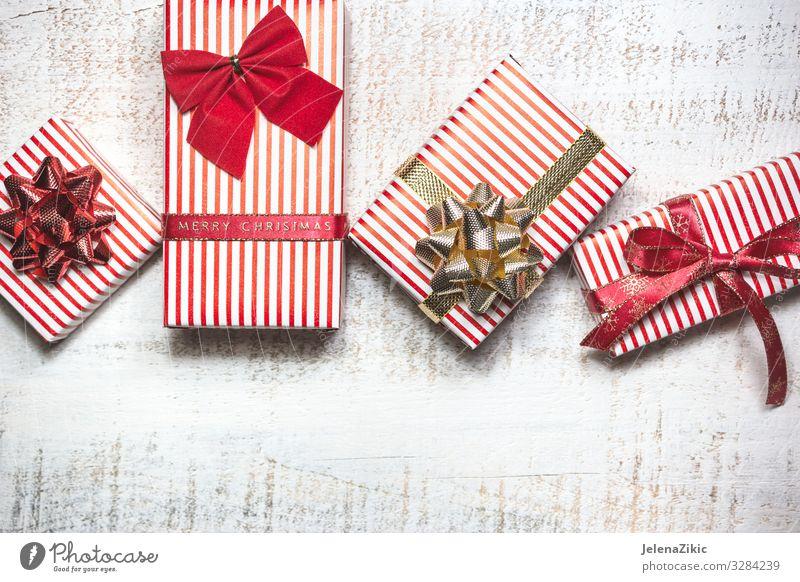 Verschiedene Geschenkschachteln auf weißem Holztisch kaufen Design Dekoration & Verzierung Tisch Feste & Feiern Valentinstag Muttertag Weihnachten & Advent