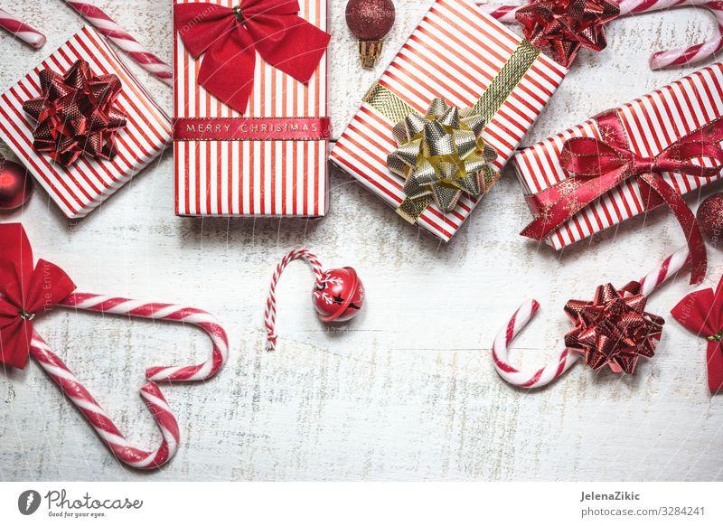 Verschiedene Geschenkschachteln auf weißem Holztisch kaufen Design Dekoration & Verzierung Tisch Feste & Feiern Weihnachten & Advent Silvester u. Neujahr