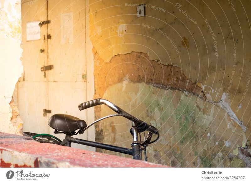einsames Fahrrad Fahrradfahren Altstadt Mauer Wand Verkehrsmittel alt authentisch Dekadenz Einsamkeit einzigartig Erfahrung Stadt Verfall morbid Gedeckte Farben