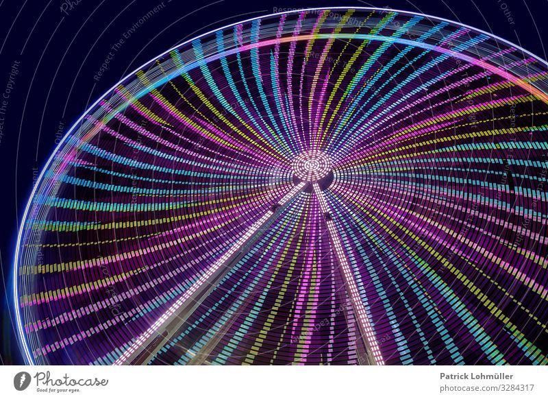 Schwung im Rund Freizeit & Hobby Riesenrad Nachthimmel Stahl glänzend gigantisch schön blau grün Stimmung Freude Bewegung Energie Erholung rund Rundfahrt