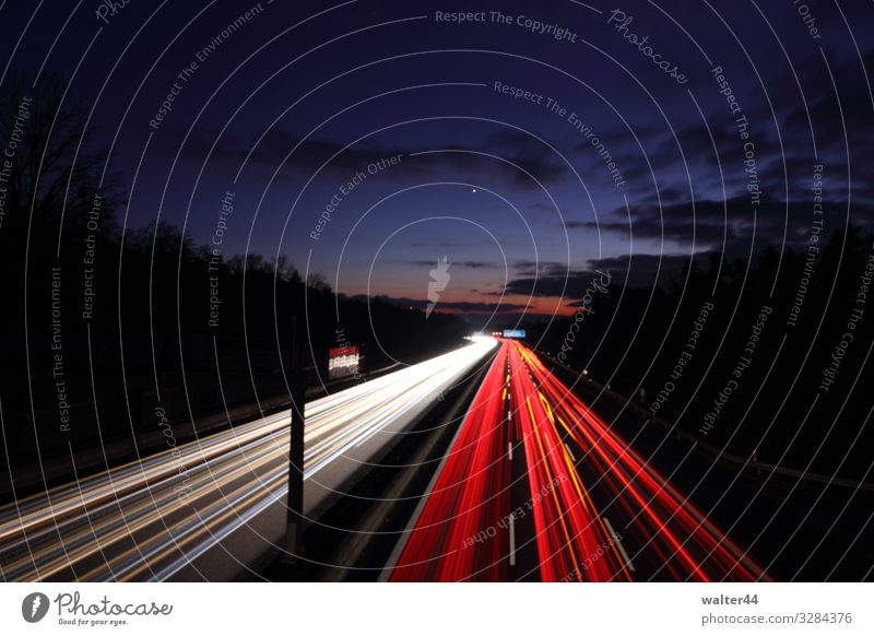 A9 Himmel Wolken Verkehr Verkehrswege Autofahren Autobahn Fahrzeug PKW Streifen Leuchtspur rot weiß Farbfoto Außenaufnahme Dämmerung Langzeitbelichtung