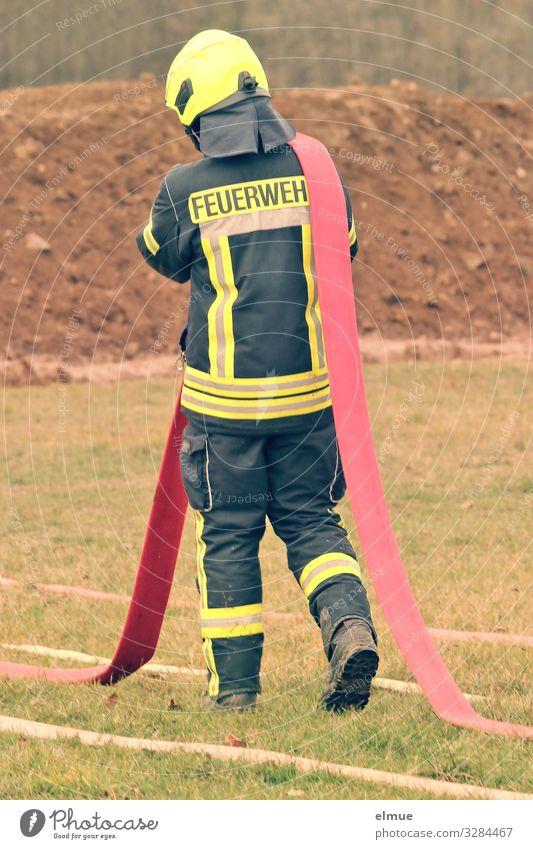 FEUERWEH-Mann rot schwarz gelb lustig Bewegung laufen gefährlich Hilfsbereitschaft Schutz Vertrauen Leidenschaft Kontrolle anstrengen tragen sortieren Rettung