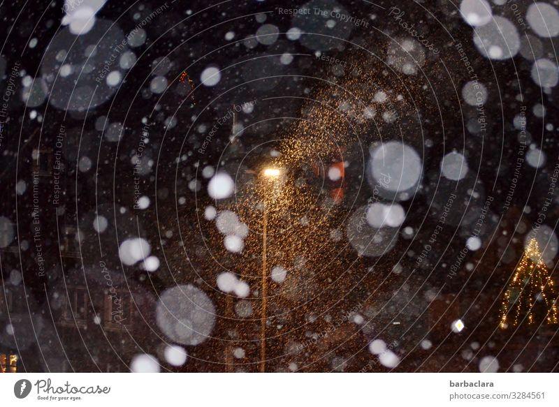 Weihnachtliches Schneegestöber Feste & Feiern Weihnachten & Advent Winter Schneefall Dorf Haus Fenster Straßenbeleuchtung Weihnachtsbaum leuchten kalt Gefühle