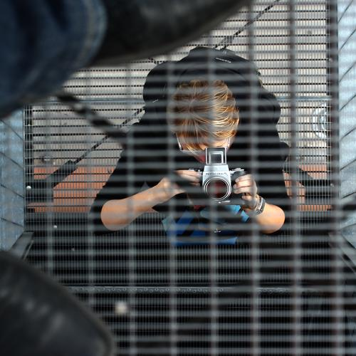 photographing photographers Frau Mensch Erwachsene feminin Gebäude Treppe blond Schuhe Kreativität Perspektive beobachten Turm entdecken festhalten Bauwerk